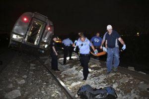 Personal de emergencia trabaja en el lugar de un accidente de tren, el martes 12 de mayo de 2015 en Filadelfia. Un tren Amtrak Amtrak con destino Nueva York descarriló en Filadelfia. (AP Foto/ Joseph Kaczmarek)