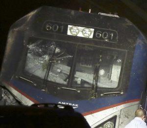 Esta imagen, tomada el 12 de mayo de 2015, muestra un vidrio rodo en la cabina de un tren Amtrak tras su descarrilamiento en Filadelfia. El FBI ha sido instado a investigar si el vidrio delantero del tren fue golpeado por un objeto poco antes del mortal accidente. (Elizabeth Robertson/The Philadelphia Inquirer via AP)  MANDATORY CREDIT  PHIX OUT; TV OUT; MAGS OUT; NEWARK OUT