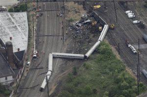 Foto aérea donde se aprecia el descarrilamiento de un tren de Amtrak en Filadelfia en el que murieron seis personas y decenas resultaron heridas el pasado miércoles. Foto: AP