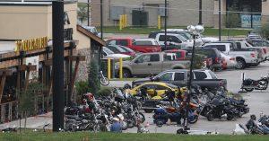 El tiroteo se suscitó el domingo, cuando integrantes de unas cinco pandillas diferentes de motociclistas se reunieron dentro y fuera del restaurante Twin Peaks en Waco. Foto: AP
