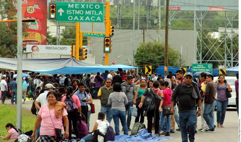 Maestros toman el aeropuerto de Oaxaca