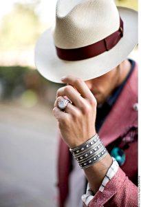 Al momento de elegirlo, recuerda que el sombrero debe ajustarte bien. Foto: Agencia Reforma