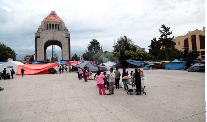 Maestros despejan explanada del Monumento