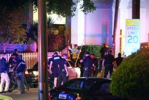 Policías ante la iglesia AME Emanuel tras el tiroteo. Foto: AP