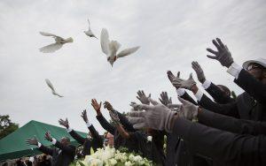 Unas personas liberan palomas durante el sepelio de Ethel Lance, una de las nueve personas que fueron asesinadas en un tiroteo en una iglesia negra de Charleston hace una semana. Foto: AP