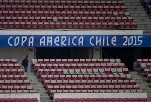 """Una hamburguesa con patatas fritas y bebida o un tradicional emparedado """"Barros Luco"""" tiene un valor cercano a los 12 dólares en los estadios. Foto: AP"""