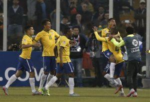 El zaguero brasileño Thiago Silva celebra con sus compañeros tras abrir el marcador en la victoria 2-1 ante Venezuela. Foto: AP