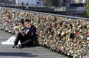 La ciudad está desmantelando el popular puente donde miles de enamorados. Foto: AP