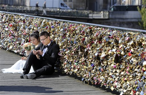 París retira candados de célebre puente