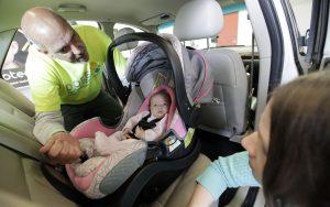 La escena trágica es poco común en Arizona, pero sucede a menudo que padres de familia olvidan a sus hijos dentro del vehículo. Foto: AP