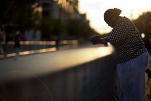 Doris Simmons, de Charleston, Carolina del Sur, agacha la cabeza al otro lado de la calle frente a la iglesia negra Emanuel. Foto: AP