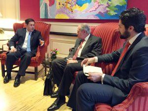 El gobernador de Arizona, Doug Ducey, a la izquierda, conversa con los empresarios Xavier García de Quebedo, presidente del Grupo México, al centro, y Fernando López Guerra, presidente de Ferromex, a la derecha en la capital mexicana. Foto: AP