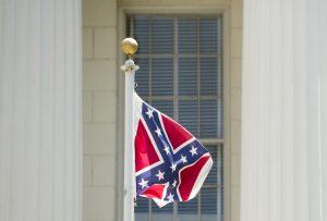 La Bandera Confederada es vista por muchos como un símbolo del pasado racista del país. Foto: AP