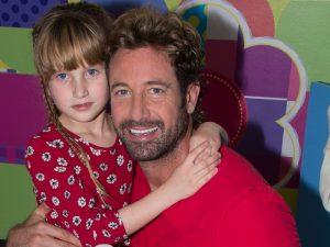 Gabriel Soto es un papá muy consentidor con sus dos princesas Elisa Marie, con él en la foto, y con Alexa Miranda de un año de edad. Foto: Cortesía Fisher-Price