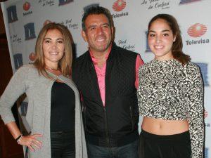 Héctor Sandarti con su esposa Paulina y su hija Juliana. Foto: Mixed Voces