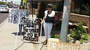 Diana Ventura y América Sevilla realizaron una huelga de hambre a las afueras del Consulado de México en Phoenix, sobre la calle Mc Dowell. Foto: Cortesía