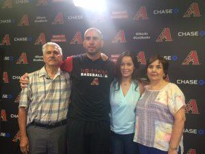 El lanzador zurdo de los D-backs recibió la visita de su familia en el Chase Field de Phoenix. Foto: Carlos Molina