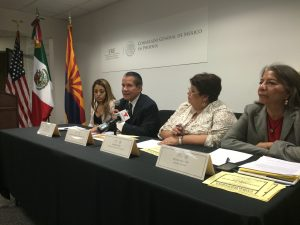 Roberto Rodríguez, cónsul de México en Phoenix y representantes de organizaciones comunitarias. Foto: Samuel Murillo.
