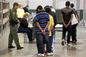 Después de ser procesados, los detenidos son puestos en libertad, deportados o transferidos a otra agencia. Foto: AP
