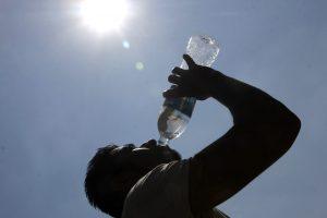 Autoridades recomendaron ingerir abundantes líquidos, principalmente agua y evitar bebidas energizantes y comerciales. Foto: Notimex