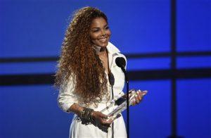 Janet Jackson acepta un premio a su carrera en la ceremonia de los premios BET en Los Angeles. Foto: AP
