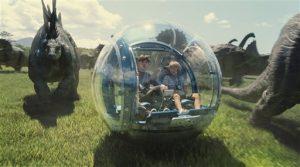 """Fotografía proveída por los estudios Universal Pictures de los actores Nick Robinson (izquierda) y Ty Simpkins en una escena del filme """"Jurassic World"""". (ILM/Universal Pictures/Amblin Entertainment vía AP)"""