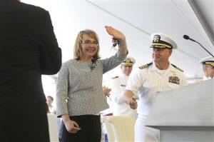 Gabrielle Giffords, ex representante por Arizona, y su esposo Mark Kelly, capitán retirado de la armada, saludan a los asistentes a una ceremonia el sábado en Mobile, Alabama. Foto: AP