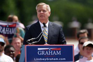El senador Lindsey Graham, republicano por Carolina del Sur, anuncia que buscará la candidatira de su partido a la presidencia, el lunes 1 de junio de 2015, en Central, Carolina del Sur. (Foto AP/Rainier Ehrhardt)