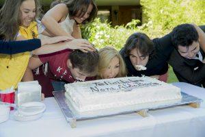 Los cumpleañeros de junio mordieron el pastel. Foto: Cortesía de Televisa