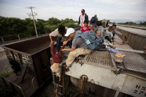 """Los migrantes centroamericanos pasan por México a bordo del tren conocido como """"La Bestia"""". Foto: AP"""