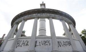"""Monumento al expresidente de la Confederación Jefferson Davis en Richmod, Virginia, sobre el que se pintó con aerosol la frase """"Las vidas de negros importan"""". Foto: AP"""