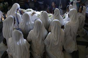 Monjas rezan alrededor del cuerpo de la hermana Nirmala Joshi, quien tomó el lugar de la madre Teresa como jefa de Misioneras de la Caridad en Calcuta, India. Foto: AP