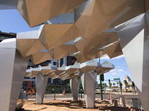"""""""Shadow Play"""" es un pabellón de parasoles diseñados por varios artistas de Arizona. Foto: Tomada de Facebook de la Ciudad de Phoenix"""