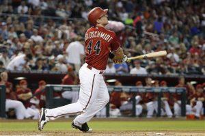 El bateador de los Diamondbacks Paul Goldschmidt observa el vuelo de la pelota tras pegar un jonrón contra los Angelinos en el primer inning. Foto: AP