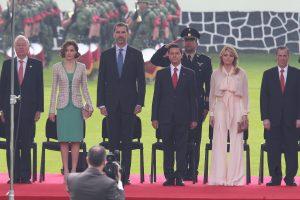 Los reyes de España, Felipe VI y doña Letizia, arribaron a Campo Marte, donde fueron recibidos por el presidente de México, Enrique Peña Nieto como parte de su visita de Estado a México. Foto: Notimex
