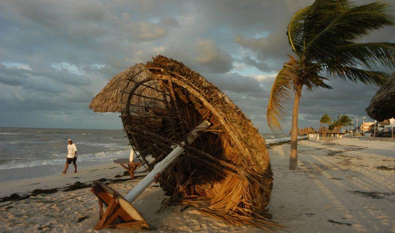En alerta ocho estados por Carlos, se convertiría en huracán el sábado
