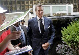 El quarterback Tom Brady de los Patriots de Nueva Inglaterra a su llegada a las oficinas de la NFL en Nueva York para el inicio de la audiencia. Foto: AP