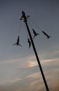 El tradicional rito de los voladores de Papantla será el acto estelar en la inauguración del festival de música y artes escénicas de Glastonbury, el más importante de Europa. Foto: Notimex