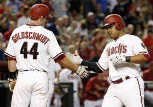 Los jugadores de los Diamondbacks Yasmany Tomás (derecha) y Paul Goldschmidt (44) chocan sus manos tra sun jonrón de dos carreras en el sexto inning. Foto: AP