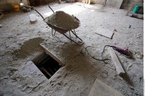 En el inmueble quedaron herramientas como martillos, serruchos, pinzas y cortadoras de metal. Foto: Agencia Reforma
