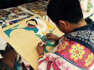 Neikame José Carrillo Morales, artista visual originario de Guadalupe Ocotán, realiza artesanías tridimensionales en las que fusiona la pintura, el estambre y la chaquira. Foto: Notimex