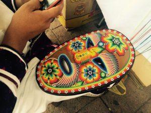 50731018. Tepic.- Al menos 380 artesanos indígenas provenientes de la zona serrana, avecindados en Tepic, cada periodo vacacional montan vendimias en el centro de esta ciudad para ofrecer sus productos, mientras otros viajan hacia destinos de playa, como Sayulita y Vallarta. NOTIMEX/FOTO/ESPECIAL/COR/ACE/