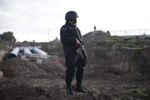 Un policía federal monta guardia cerca de la prisión de máxima seguridad del Altiplano, el domingo 12 de julio de 2015, en Almoloya, al oeste de la ciudad de México. Foto: AP