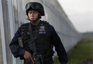 """Un policía federal participa en una cacería humana para reaprender a Joaquín """"El Chapo"""" Guzmán, cerca de la prisión de máxima seguridad del Altiplano. Foto: AP"""