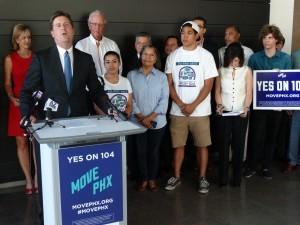 Empresarios y Cámaras de Comercio le dieron su apoyo a laPropuesta 104 que pretende ampliar el sistema de transporte pública. Foto: Mixed Voces