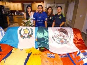La familia Samayoa Flores olvidará por un par de horas el amor que los une para ser rivales en el juego entre México y Guatemala. Foto: Mixed Voces