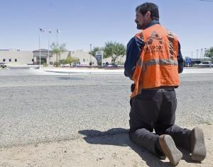 Los inmigrantes refregaron retretes, trapearon y barrieron pisos, lavaron ropa, y prepararon y sirvieron comida, entre otras tareas. Foto: AP