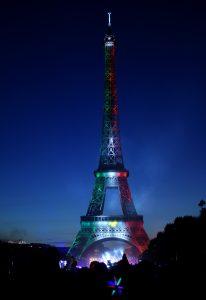 """La Torre fue engalanada de tricolor dentro del vistoso espectáculo de fuegos y música titulado """"París da la bienvenida al mundo"""". Foto: Notimex"""