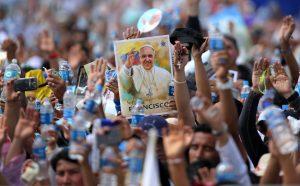 Miles de católicos celebraron la visita del Papa a Ecuador. Foto: AP