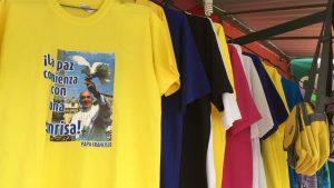 Camisetas y otros recuerdos dan constancia del paso del Papa Francisco por Sudamérica. Foto: Notimex